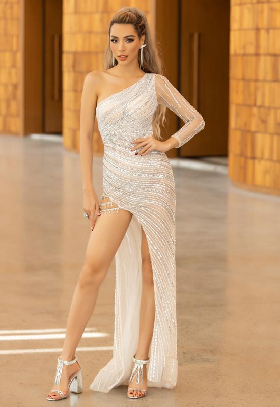 Siêu mẫu Khả Trang diệnthiết kế bất đối xứng, tôn đôi chân dài và vóc dáng thon thả.