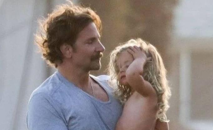 Công chúa nhỏ 2 tuổi có mái tóc xoăn vàng rực giống bố.