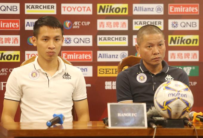 HLV Chu Đình Nghiêm và tiền vệ Đỗ Hùng Dũng dự họp báo trước trận bán kết lượt đi liên khu vực AFC Cup 2019 với Altyn Asyr. Ảnh: Đương Phạm.