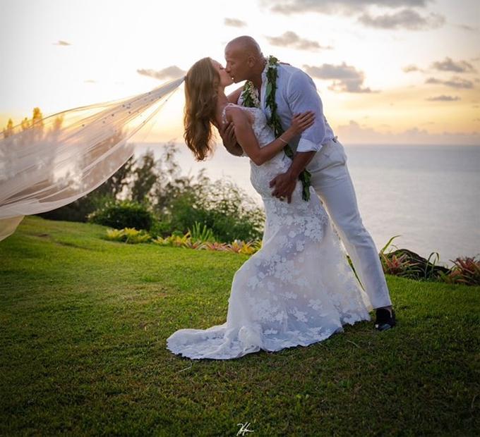 The Rock trao nụ hôn nồng nàn cho cô dâu xinh đẹp.