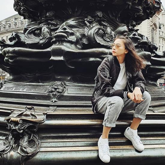 Trước sự oanh tạc của các kiểu jeans ống rộng, quần jeans boyfriend vẫn có chỗ đứng riêng. Các nàng yêu phong cách năng động và khỏe khoắn có thể tham khảo set đồ của Ngô Thanh Vân.
