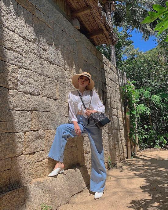 Khi theo đuổi mốt quần jeasn ống rộng, các nàng có thể chọn style thanh lịch như Thanh Hằng khi đi làm hoặc cá tính như Tóc Tiên khi đi chơi.