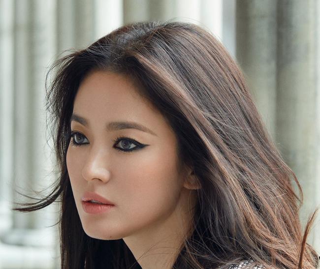 Song Hye Kyo được cho là rất vững vàng sau sóng gió hôn nhân, cô tiếp tục làm việc và tham dự nhiều sự kiện, thần thái rất chuyên nghiệp.