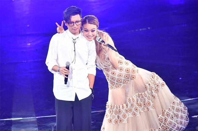 Tạ Đình Phong cùng Dung Tổ Nhi biểu diễn.