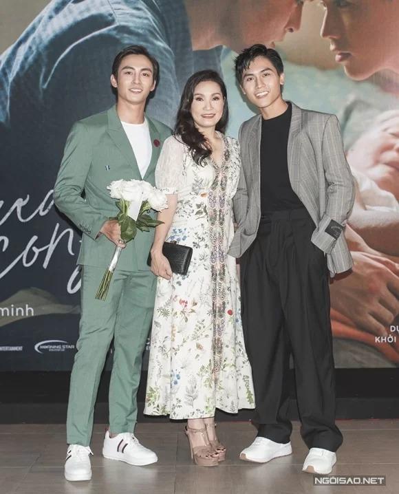 Lãnh Thanh (trái) và Gia Huy (phải) chụp cùng mẹ Hồng Đào tại buổi ra mắt phim ở Hà Nội hôm 15/8.