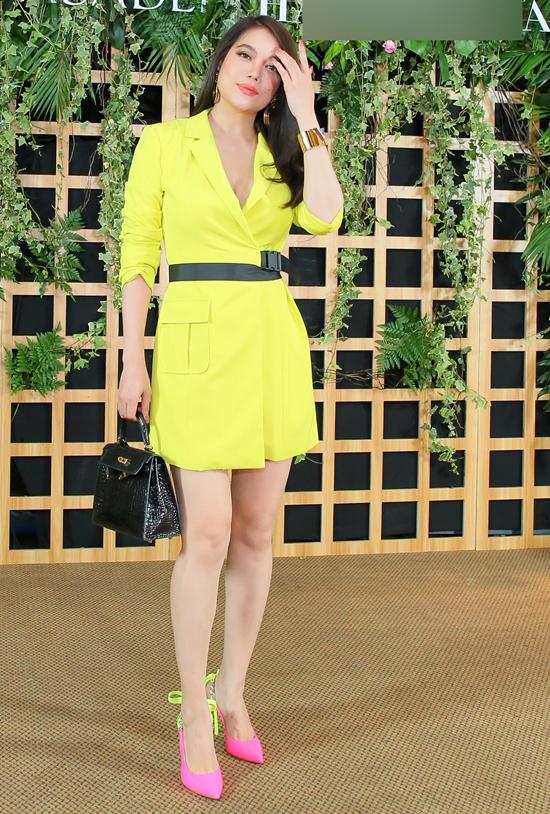 Trương Ngọc Ánh nổi bật nhờ trang phục, phụ kiện rực rỡ.