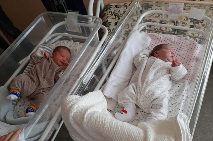 Cặp song sinh hiện nặng xấp xỉ 4,5 kg mỗi bé và sắp được về nhà. Ảnh: east2west.
