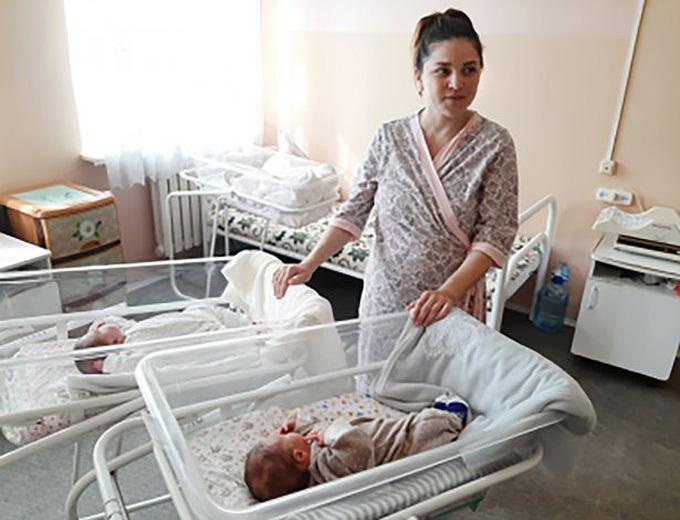 Liliya được theo dõi thường xuyênở bệnh viện từ khi bé Liya chào đời từ hôm 24/5. Ảnh: east2west.