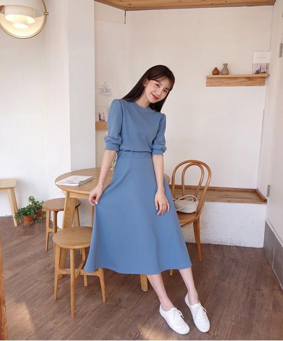 Bên cạnh các kiểu váy liền thân không kén dáng, cách phối hợp chân váy và áo blouse tiệp màu cũng mang lại trang phục tôn nét thanh lịch.
