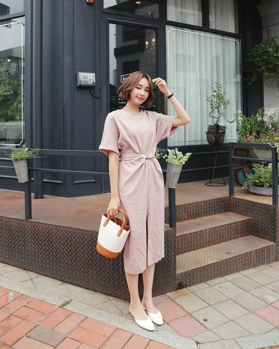 Váy xoắn eo đánh dấu sự trở lại ở xu hướng hè thu 2019. Vì thế, chọn trang phục theo phong cách này sẽ khiến người mặc trở thành quý cô văn phòng sành điệu đúng mực.