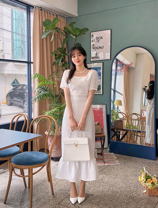 Nhiều mẫu váy cổ điển được sống thêm lần nữa nhờ sự khôi phục tài tình và sáng tạo của nhiều thương hiệu. Váy trắng nhẹ nhàng, túi vintage tiệp sắc màu luôn được ngợi ca là vẻ đẹp đi cùng năm tháng.