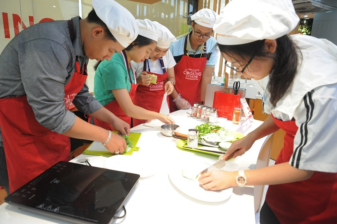 Được sự hướng dẫn tận tình của các đầu bếp Ajinomoto Cooking Studio, một số