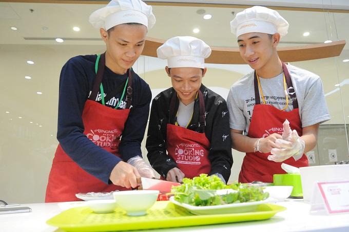 Các học viên thực hiện theo hướng dẫn của đầu bếp: ướp phần nhân thịt bò nvới hạt nêm Aji-ngon, bột ngọt Aji-no-moto khoảng 5 phút trước khi chế biến. Bên cạnh đó, nước chấm cũng là phần quan trọng để mang đến vị đậm đà cho món ăn.