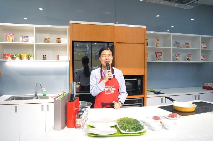 Trong chương trình, các đầu bếp từ Ajinomoto Cooking Studio đã chia sẻ về văn hóa ẩm thực Việt Nam và giới thiệu đến các bạn học sinh món phở cuốn. Phở cuốn là một món ăn ngon của người Hà Nội được cách tân từ phở nước truyền thống. Món ăn là sự kết hợp hài hòa và cân bằng của rau tươi, bánh phở, thịt bò và nước chấm chua ngọt.
