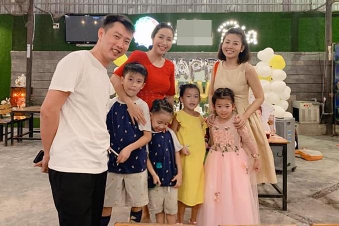 Gia đình diễn viên Ốc Thanh Vân (áo đỏ) chung vui cùng mẹ con Mai Phương.