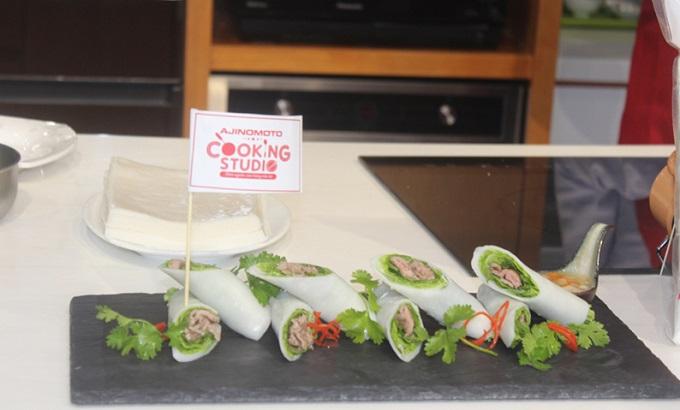 Món phở cuốn được trưng bày đẹp mắt sau quá trình nấu ăn đúng chuẩn của đầu bếp Ajinomoto.