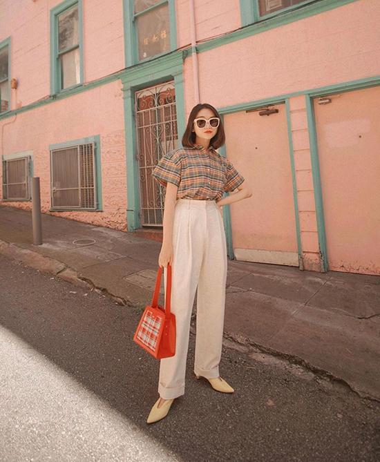 Với các mẫu quần kaki tông màu trung tính, chị em văn phòng có thể mặc kèm sơ mi trắng, sơ mi kẻ sọc ca rô hoặc các kiểu áo blouse.