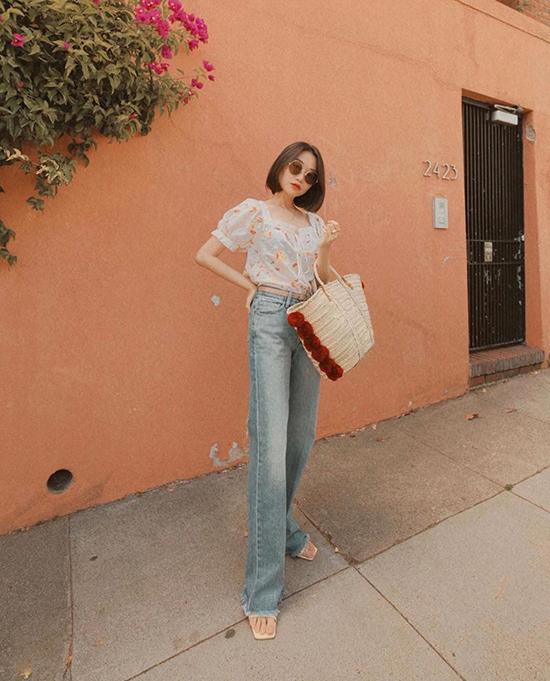 Tương tự như các mẫu quần kaki, trang phục jeans cũng dễ dàng có được sự liên kết mật thiết với áo tay bồng, áo blouse hoạ tiết tông màu trang nhã.