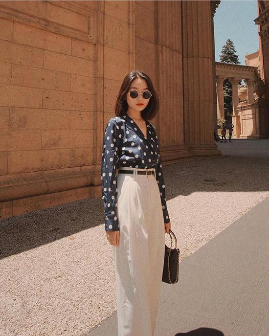 Quần âu lưng cao, áo sơ mi hoạ tiết chấm bi và túi cổ điển cho các nàng yêu phong cách vintage.