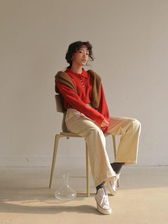 Một chiếc áo thun dài tay tông màu đỏ tươi sẽ khiến set đồ của phái đẹp bắt mắt hơn.