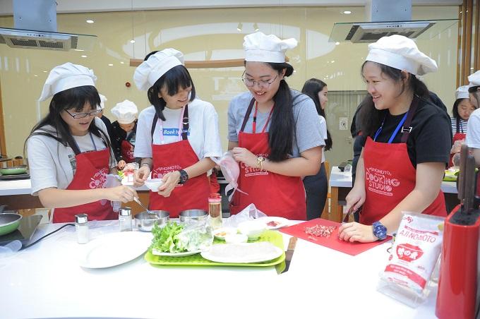 115 nhà lãnh đạo trẻ Châu Á được chia làm các nhóm, tận tay thực hiện chế biến món Phở cuốn dưới sự hướng dẫn của đầu bếp Ajinomoto Cooking Studio. Caitlin đến từ Nhật Bản cho biết: