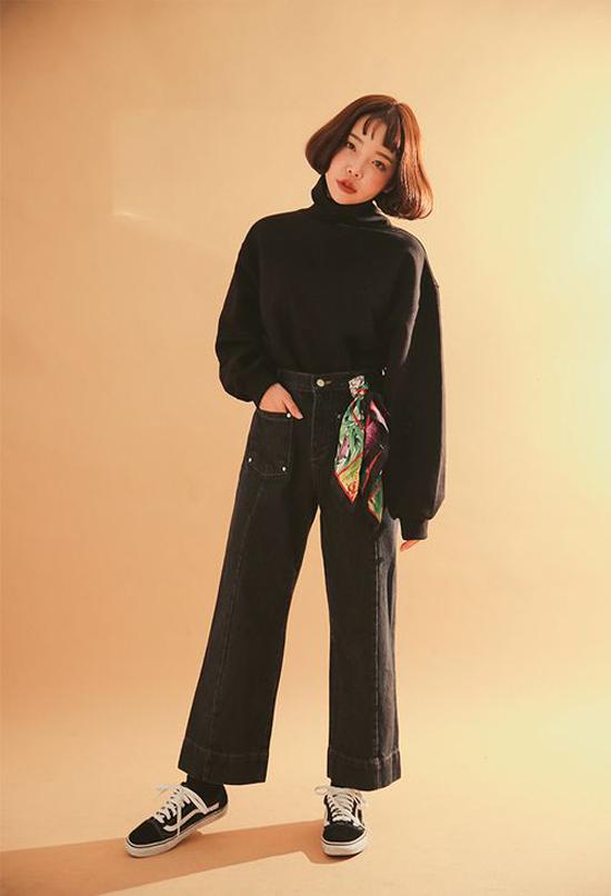 Khi không khí có những dấu hiệu chuyển từ hè sang thu rõ rệt, cách kết hợp áo nỉ cùng jeans sẽ mang lại set đồ hợp mốt, hợp mùa.