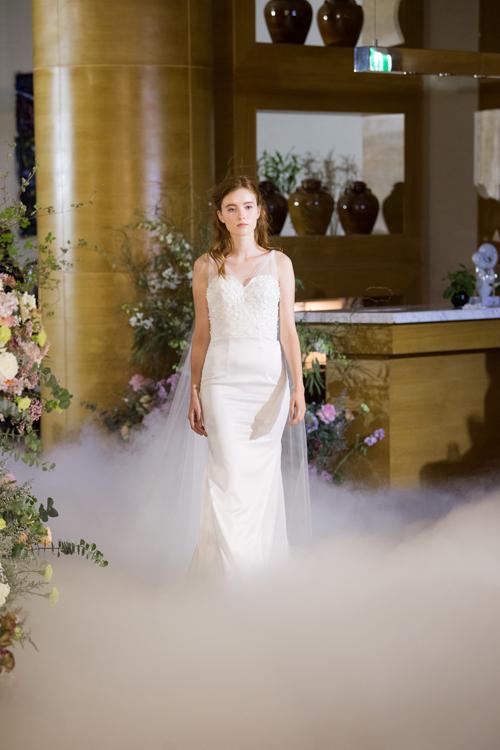 3. Váy cưới cúp ngực cổ timChất liệu tạo dựng nên các thiết kế là organza, silk, taffta, tulle, satin - những loại vải phổ biến trongthời trang cưới. Để bộ đầm trở nên mềm mại, nhóm thiết kế may tà phụ ở mặt lưng.