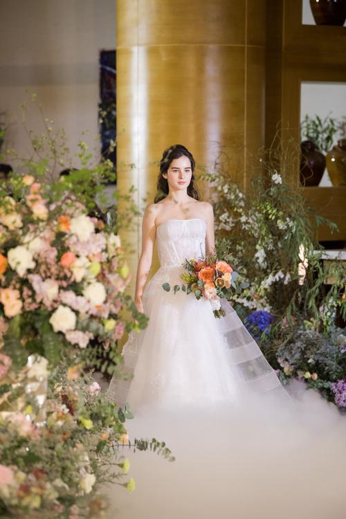 4. Váy quây dáng xòeMẫu đầm được dựng gọng corset thu nhỏ vòng eo, tôn thềm ngực đầy của cô dâu. Toàn bộ thiết kế được điểm ren làm tăng sự nữ tính.
