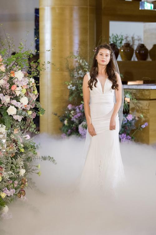 6. Váy tối giản cổ chữ VMẫu đầm được tập trung ở kết cấu, chất liệu, mang đến vẻ đẹp vượt thời gian, dành cho cô dâu chuộng thời trang tối giản thập niên 1960 - 1970.