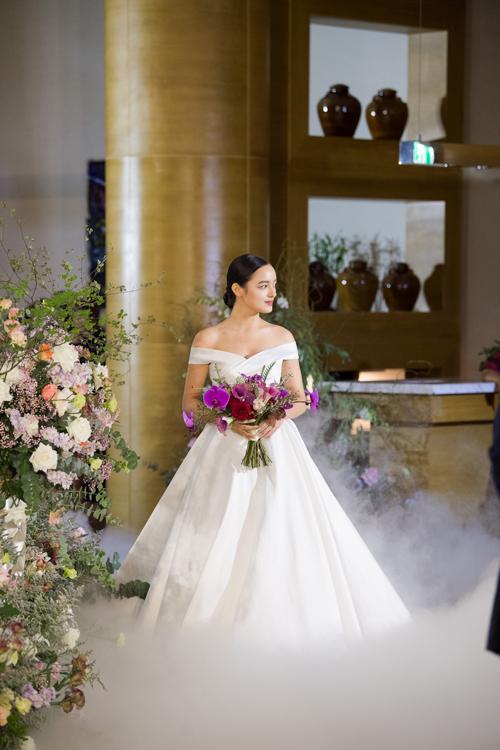 7. Váy trễ vai dáng xòeMẫu đầm được lấy cảm hứng từ váy của nàng Cinderella, có phần vai được xếp nếp. Bộ đầm tiếp tục áp dụng xu hướng tối giản - phong cách làm mưa làm gió trong thời trang cưới hiện đại.