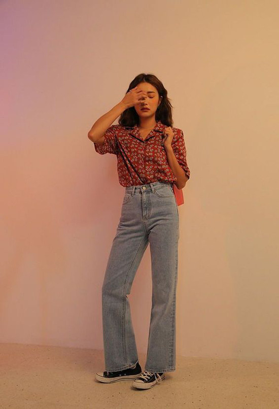 Nếu muốn thể hiện đúng tinh thần cổ điển vốn có của mẫu quần jeans ống suông thì các nàng có thể mix chúng cùng sơ mi cổ vest.