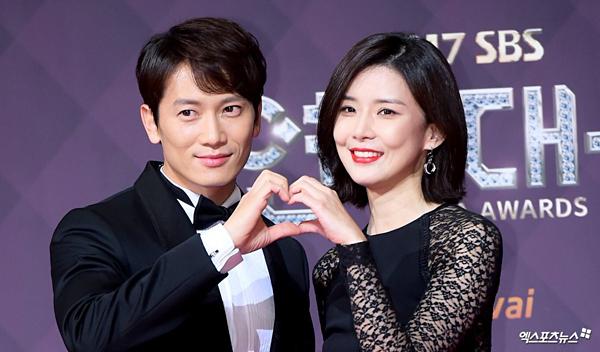 Ji Sung và Lee Bo Young là một trong những cặp vợ chồng được nhiều người ngưỡng mộ nhất làng giải trí. Sau khi cùng nhau góp mặt trong bộ phim Save The Last Dance For Me, Ji Sung đã cảm nắng nàng Hoa hậu Hàn Quốc và kiên trì theo đuổi cô. Tuy nhiên, Bo Young chỉ coi anh như đồng nghiệp và chia sẻ muốn tìm bạn đời không thuộc làng giải trí. Trước sự từ chối của Lee Bo Young, Ji Sung thẳng thắn trả lời:Nếu vậy thì anh sẽ từ bỏ diễn xuất. Cảm động trước lời nói của Ji Sung, mỹ nhân họ Lee đã đồng ý hẹn hò với anh vào năm 2007. Sau 6 năm bên nhau, cặp đôi quyết định kết hôn vào năm 2013. Hai người đang chuẩn bị chào đón bé thành viên mới sau 3 năm kể từ khi công chúa đầu lòng ra đời.