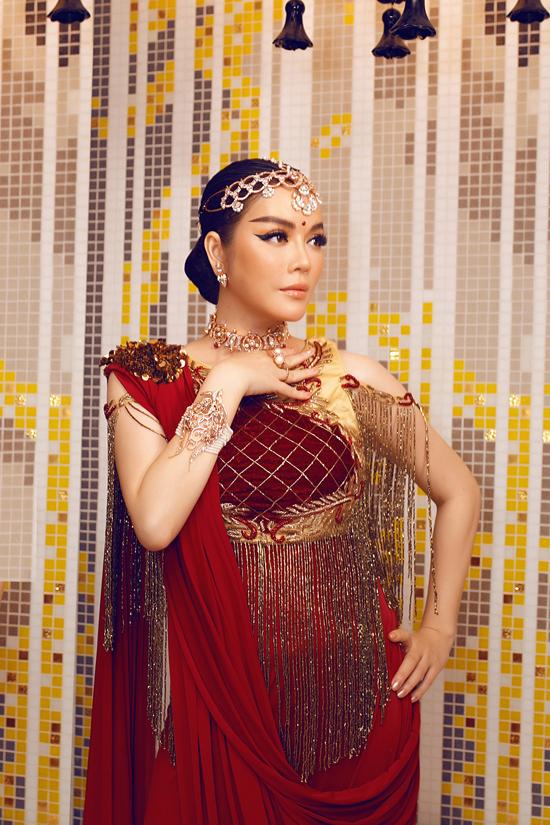 Trong ngày thứ 3 của tiệc sinh nhật tỷ phú kim cương, Lý Nhã Kỳ tiếp tục chọn trang phục đến từ nhà thiết kế Ấn Độ.
