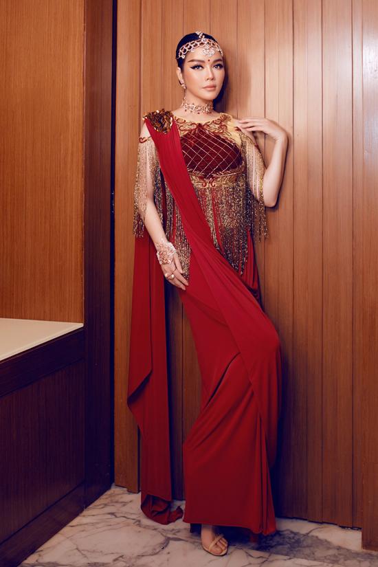 Chỉ vàng cao cấp và tượng trưng cho phong cách xa xỉ được nhà mốt nổi tiếng sử dụng để tạo nên vạt tua rua trên váy đỏ.
