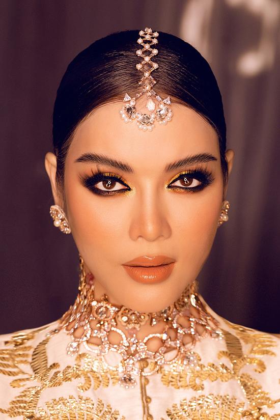 Xuất hiện với chủ đề ngày đầu tiên là trang phục truyền thống Ấn Độ, Lý Nhã Kỳ tỏa sáng với trang phục được thiết kế riêng. Điểm độc đáo ở mẫu váy chính là họa tiết được thêu công phu bằng chỉ vàng.