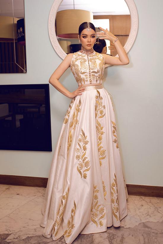 Mẫu váy được làm thủ công trong 2 tháng với phom dáng áo lửng ôm sát eo, chân váy rộng tùng xòe dựa trên trang phục truyền thống của Ấn Độ.