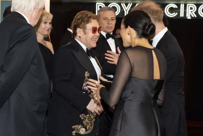 Vợ chồng Harry - Meghan hội ngộ Elton John ở buổi công chiếu phim Vua sử tử hồi tháng 7. Ảnh: PA.