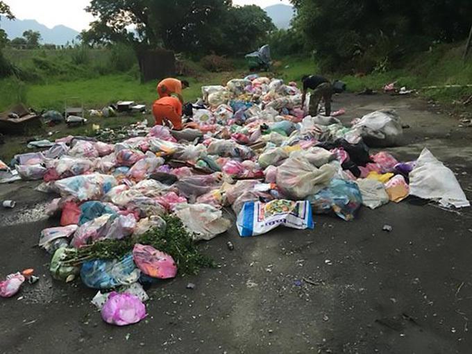 Lee và các nhân viên vệ sinh bới 4 tấn rác để tìm nhẫn. Ảnh: AsiaWire.