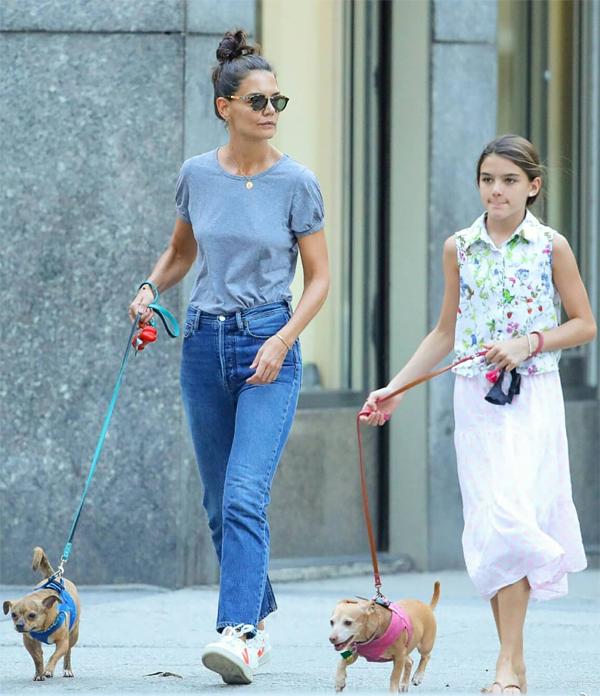 Vợ cũ của Tom Cruise dành thời gian bên con gái tại thành phố New York trong khi đó, Jamie Foxx sống gần các con riêng của anh ở Los Angeles. Trong 6 năm bên nhau, hai người cũng ít khi lộ ảnh đi chơi. Suri chưa bao giờ được trông thấy ở cạnh bạn trai của mẹ.