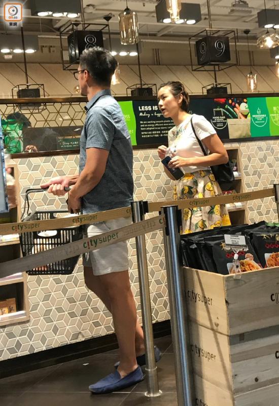 Đôi vợ chồng mua bánh mì mang về nhà, dường như cả hai vội vã về với con sau buổi tối hẹn hò riêng. Kết hôn từ 2013, đôi vợ chồng nổi tiếng hiện có ba con, cuộc sống hôn nhân rất hạnh phúc.
