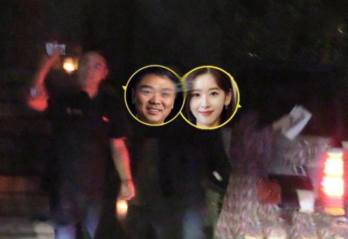 Lưu Cường Đông tạm biệt bạn còn Chương Trạch Thiên ra xe trước khi hẹn hò buổi tối. Ảnh: 163.com.