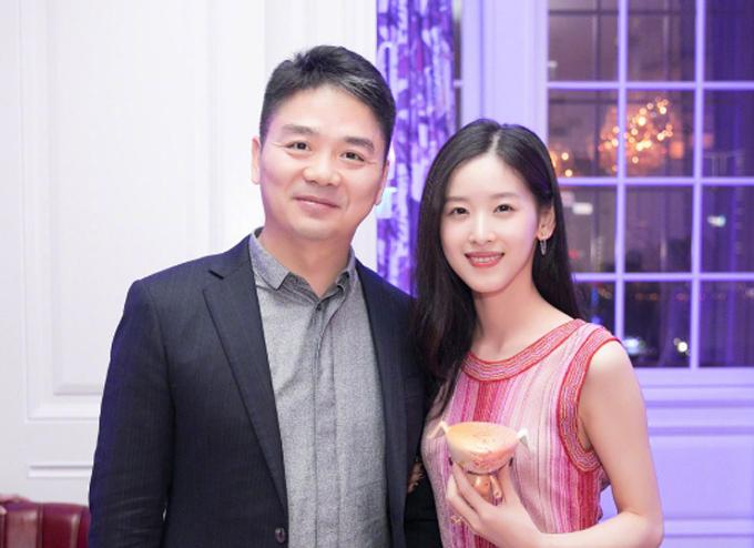 Vợ chồng Lưu Cường Đông - Chương Trạch Thiên trước khi xảy ra bê bối tình dục hồi tháng 8/2018. Ảnh: 163.com.