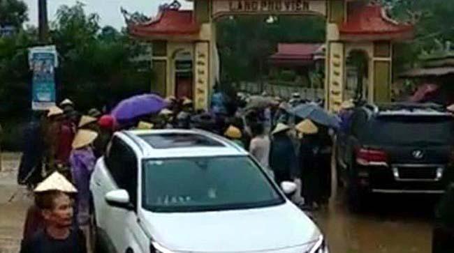 Hàng trăm người dân làng Phú Viên tập trung vây nhóm thanh niên lạ mặt ở cổng làng sáng 20/8. Ảnh người dân cung cấp.