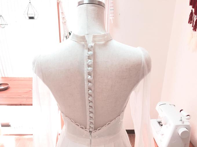 Trúc tham khảo nhiều video trên mạng để học cách làm phần khuy áo.
