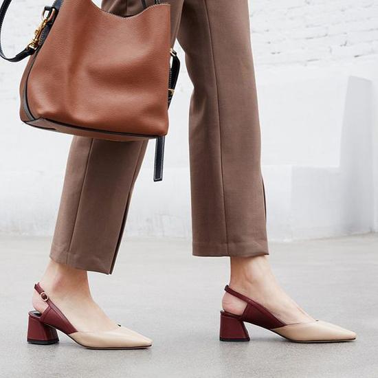 Giày da, mũi nhọn và có thiết kế phần đế cao tầm 2cm đến 3cm là sản phẩm khá thông dụng.