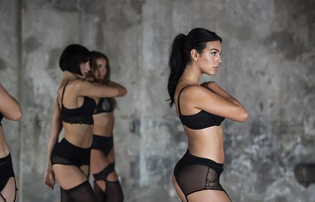 Học múa từ nhỏ nên những động tác của người đẹp gốc Argentina đều uyển chuyển, nhịp nhàng.