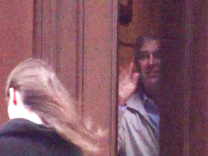 Hoàng tử Andrew bị lộ cảnh vẫy tay chào một cô gái khi ở trong biệt thự của tỷ phú Epstein ở New York hồi tháng 12/2010. Ảnh: Mail.