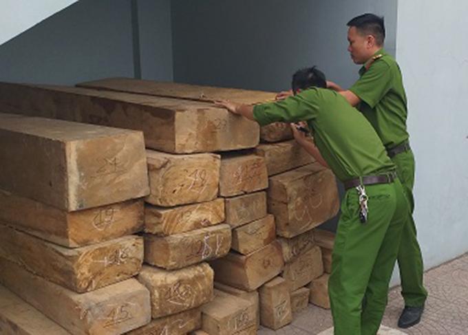 Cảnh sát kiểm đếm gỗ lậu. Ảnh: C.A