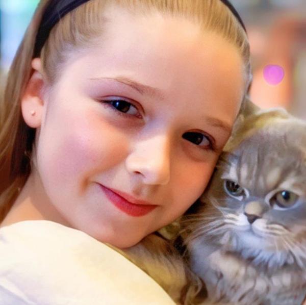 Trong bức ảnh chụp với một chú mèo, Harper chiếm sóng với đôi môi đỏ chúm chím, ánh mắt ấm áp.