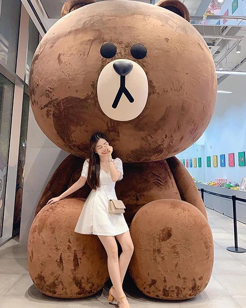 Đăng ảnh trong chuyến du lịch xứ sở kim chi, Á hậu Phương Nga cho rằng: Sang Hàn mà khôngchụp với em gấu Nâu này thì có lỗi lắm.